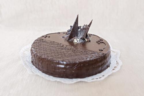 Baracklekvárral töltött sacher torta